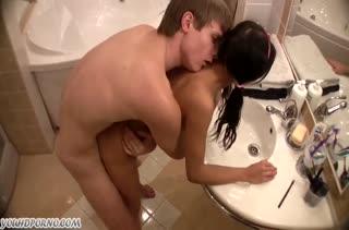 Чувак охмурил бабенку на анальный трах в ванной