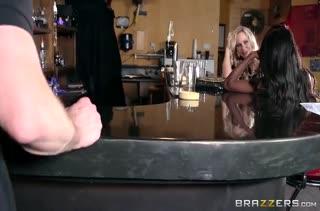 Две зрелые мамаши отрываются с мужиком в баре