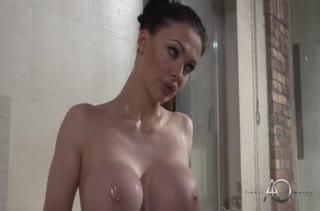 Брюнетка Aletta Ocean демонстрирует горячее анальное порно