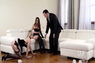 Богатый мужик кувыркается со шлюшками в секс нарядах