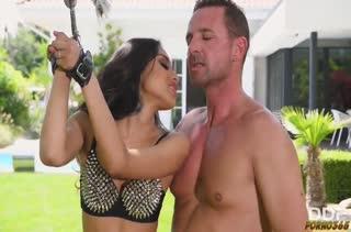 Жесткое БДСМ порно с закованной красоткой Roxy Lips