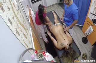 Девушка попала у массажиста на групповое порно