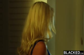 Блонди круто берется за большой хер негра
