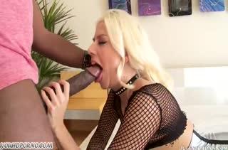 Девочка в секс наряде эротично соблазняет негра