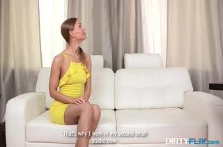 Русскую брюнетку развели в парке на порно кастинг