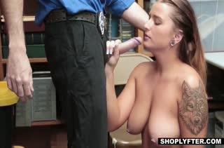 Очкастую блондиночку принудили трахаться в кладовке