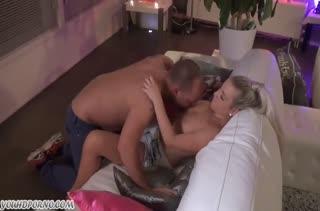 Возбудил блондинку секс игрушкой и расчехлил свой хер