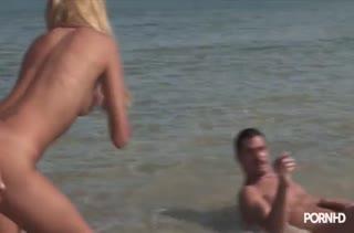 Блондинку Barbie Banks чпокают на природе прямо в воде