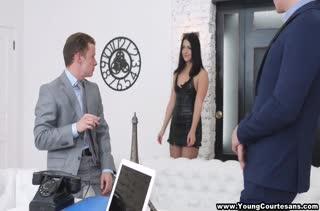 Богатые коллеги решили на пару трахнуть секси секретаршу