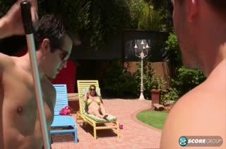 Чистильщики бассейна на пару удовлетворяют хозяйку