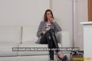 Чика в обтягивающих лосинах пришла на порно кастинг