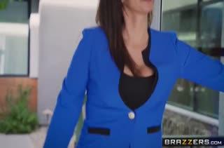 Две грудастые лесбиянки отрываются после работы