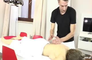 Умелый массажист завел пациенток на групповое порно