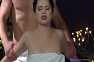 После массажа Cassie Fire согласна на горячее порно