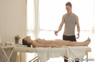 Шикарная молодая чика возбудилась на сеансе массажа