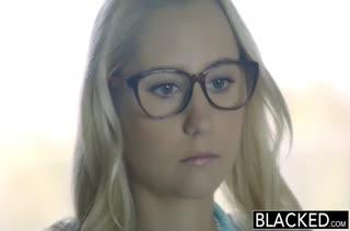 Хрупкая блондинка ловко достала из штанов черный хер