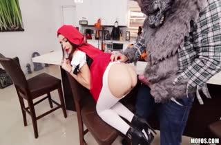 Kharlie Stone в роли Красной шапочки подставила писю волку