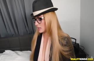Гламурная Sloan Harper в шляпе охотно снимает трусики