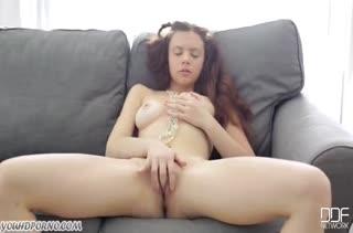 Молодая русская красотка ласково теребит писечку