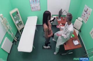 Врач гинеколог по полной приходует пациентку на приеме