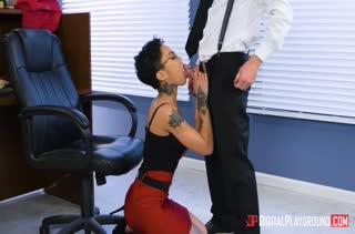 Пошлый коллега развел телочку на жесткое порно в офисе