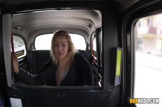 Беловолосая пассажирка устроила порно с таксистом