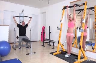 Спортсменка Claudia Macc оскверняет с мужиком тренажеры