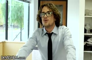 Очкастый ботаник смачно пялит грудастую секретаршу в офисе