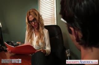 Сочная блондинка в чулках устроила жесткое порно на работе
