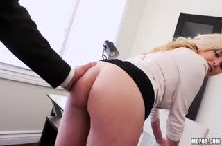 Блондиночка Summer Day испытала жесткое порно на работе