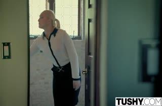 Лысый паренек присунул симпотной блондинке член в анал