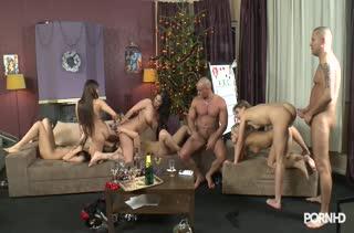 Развратные девушки замутили рождественскую групповуху