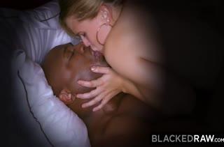 Блондинка Sloan Harper зажигает перед камерой с чернокожим