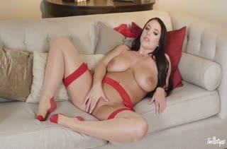 Красавица в красных чулках эротично мастурбирует