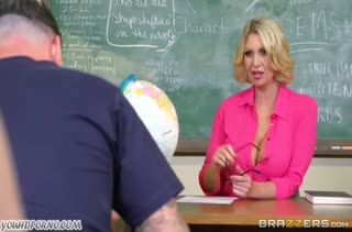 Училка показала большие сиськи и устроила порно со студентом