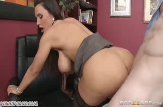 Зрелая секретарша Lisa Ann устроила порно на работе