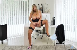 Зрелая блондинка классно мастурбирует в офисе